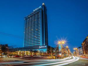 hotel-facade-nighttime